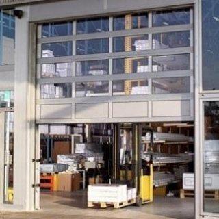 Portone automatico di un magazzino per la logistica