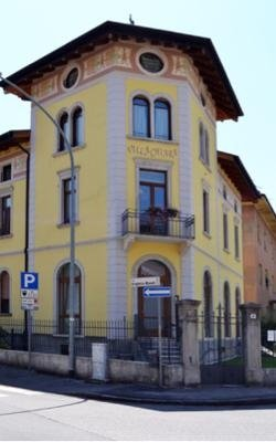 un palazzo giallo