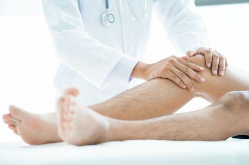 due mani appoggiate su un ginocchio