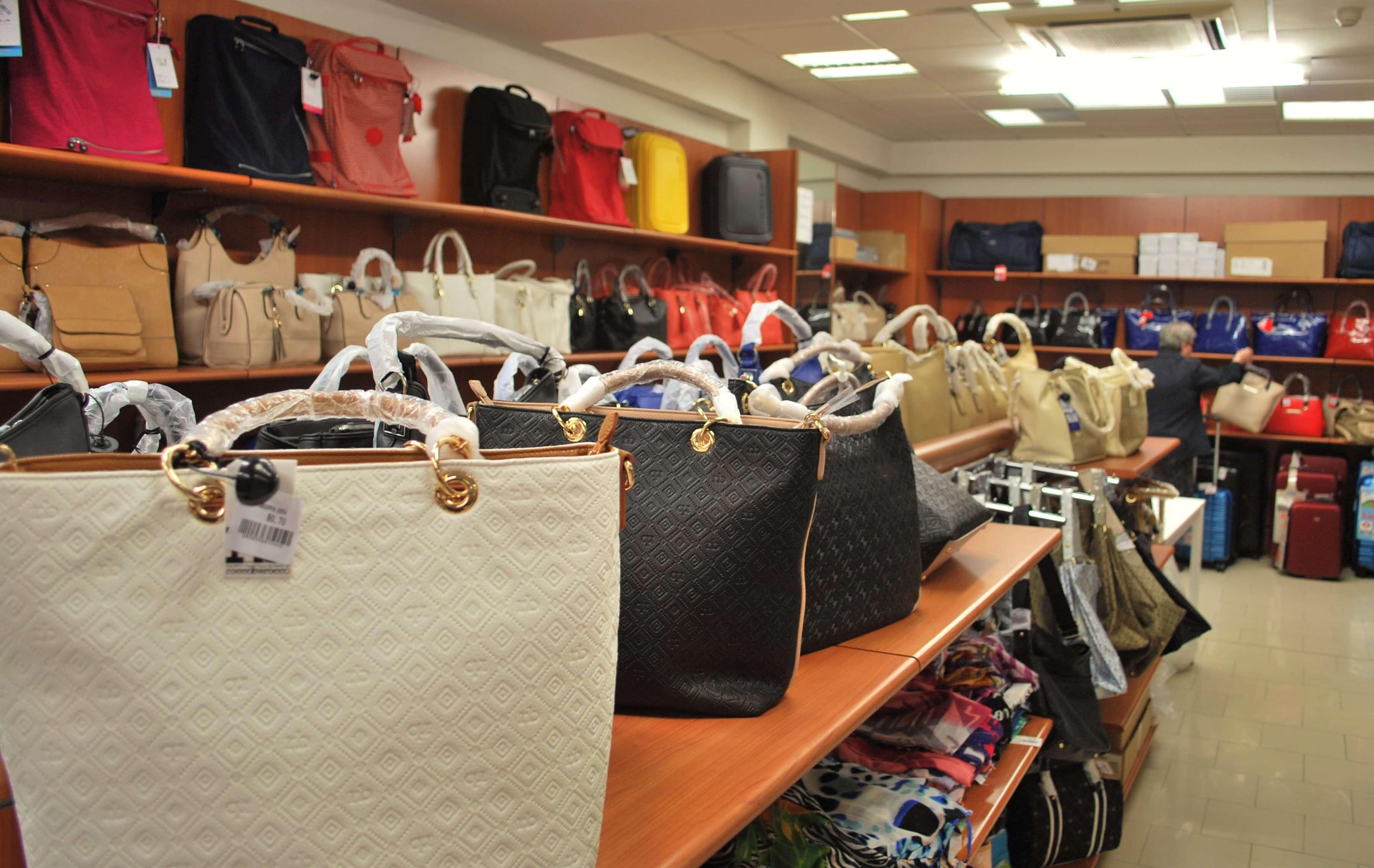 acac5cb259255 Interno del negozio abbigliamento e accessori a Roma