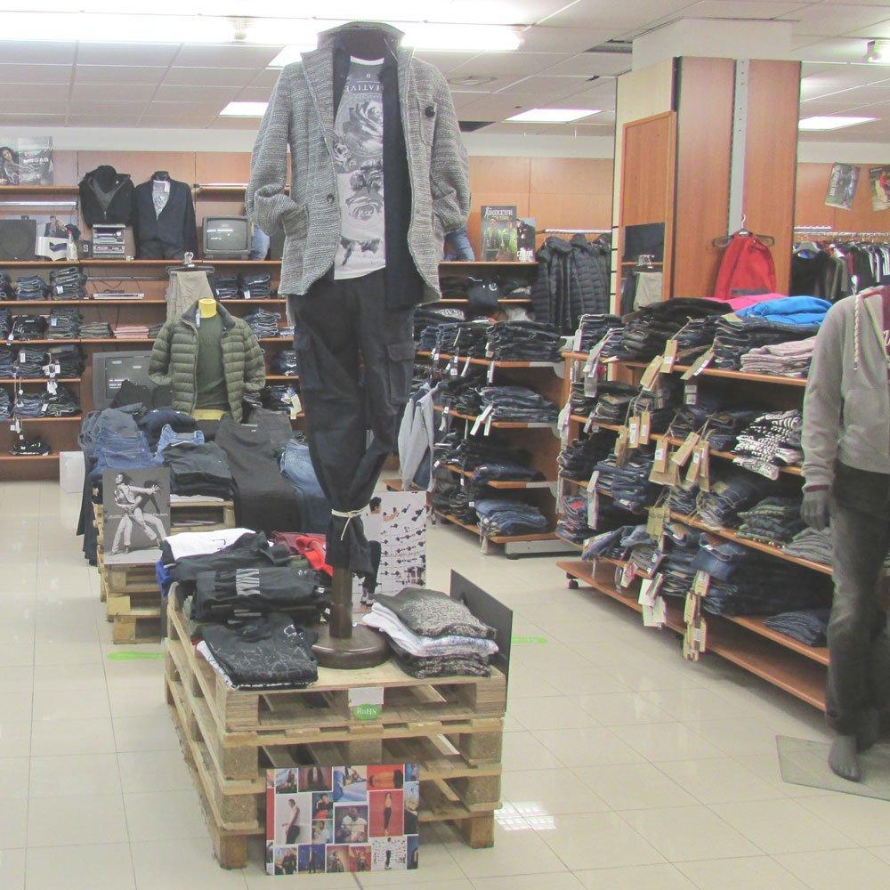 94ff8efe3be86 Interno del negozio di abbigliamento e accessori Depositi Riuniti a Roma
