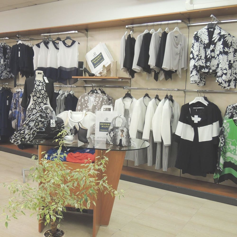 be9fbc7a02efc Interno del negozio abbigliamento e accessori Depositi Riuniti