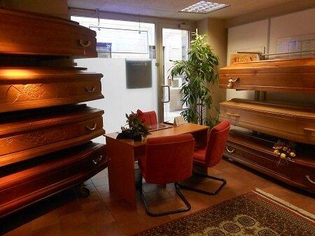 Ufficio con scrivania e cofani in esposizione