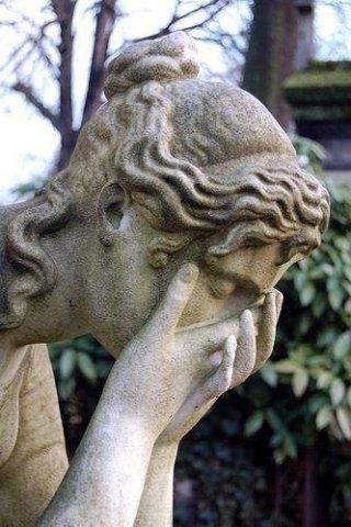 Statua di un angelo che piange