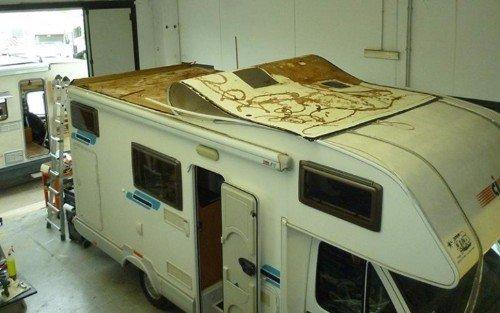 Il tetto del camper durante una riparazione
