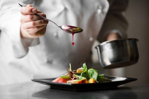 cuoco preparando un piatto