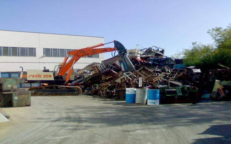 macchinario per demolizione all'opera