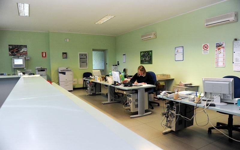 interno di un ufficio con pareti verdi