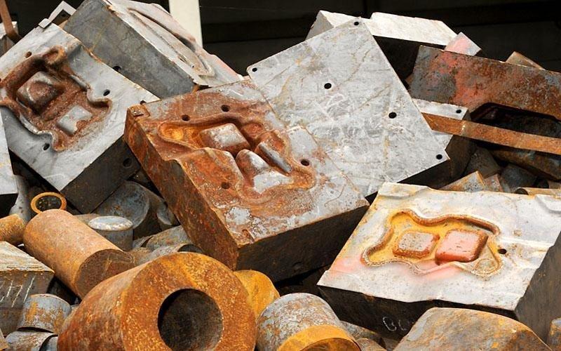 pezzi metallici arrugginiti