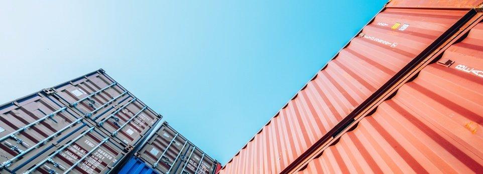 dei container con cielo azzurro di sfondo