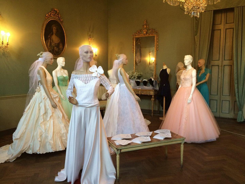 manichini con modelli di abiti da sposa e cerimonie