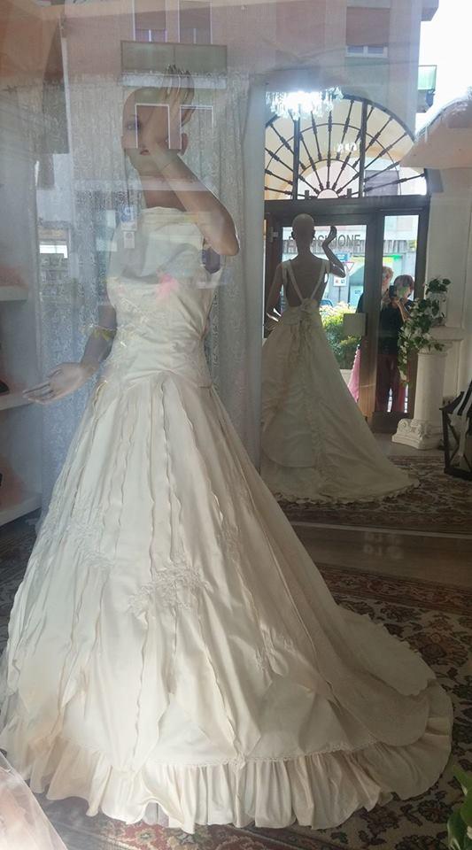 abito sposa allo specchio e modella riflesse