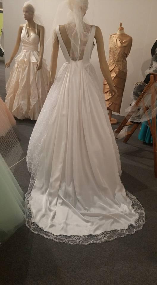 diverse stili di abiti da sposa su un manichino