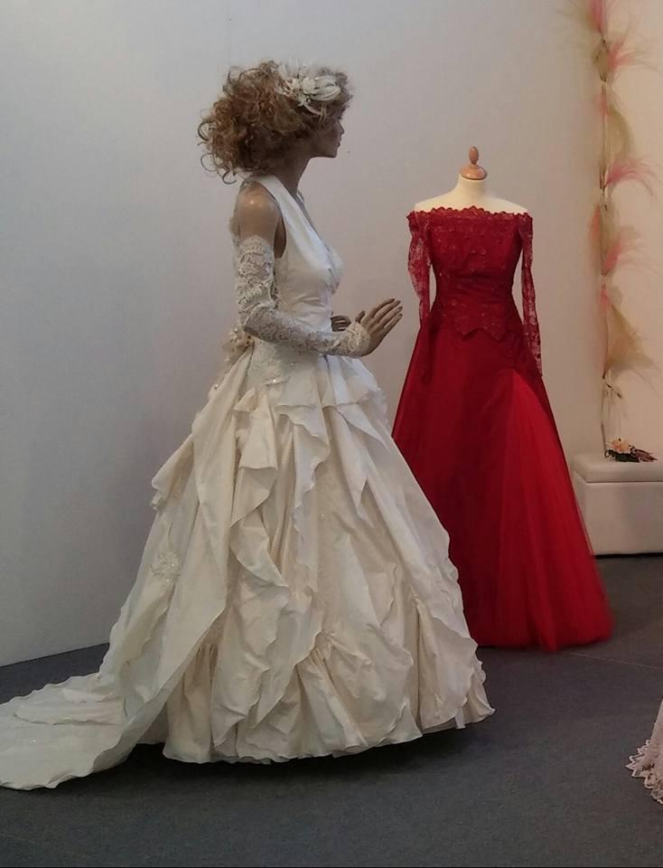 abito da sposa e cerimonia un rosso più delicato e un bianco