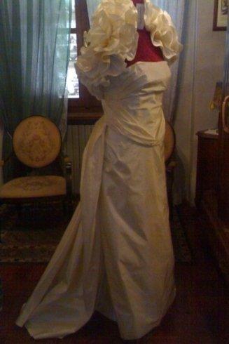 abito da sposa bianco neve su un manichino