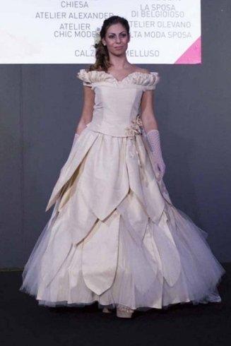 una bella modella con abito da sposa a chiesa