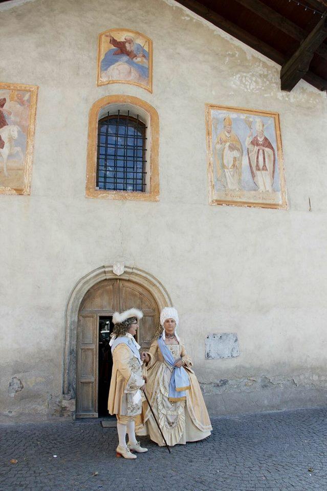 due persone vestite con abiti cortigiani in seta stile XVIII secolo