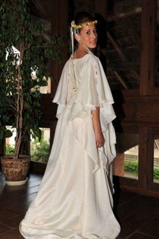 una modella con abito epoca da matrimonio