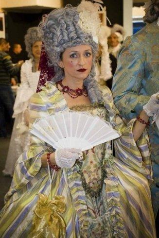 una donna con abito antico