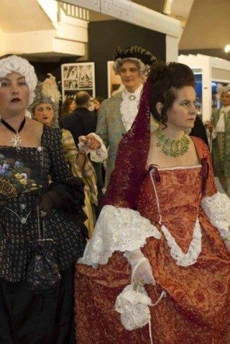 modella con vestiti antichi