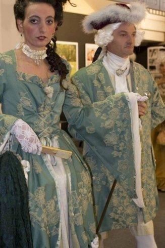modelle con confezionamento abiti epoca