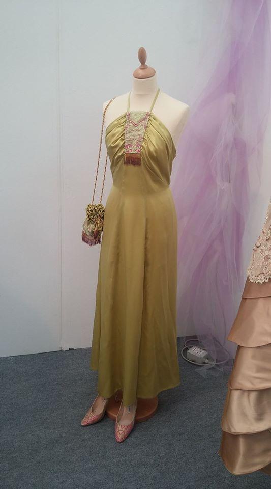 vista angolare di una stanza di negozio con manichino abito da sposa
