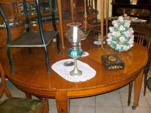 un tavolo rotondo in legno con sopra una lampada e un