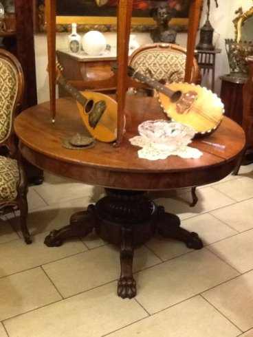 un tavolo rotondo in legno con sopra due mandolini