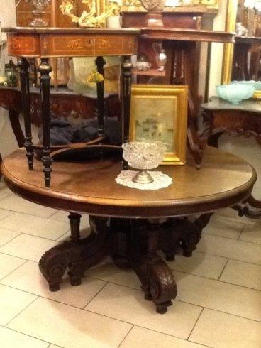 un tavolo rotondo in legno con sopra dei tavolini