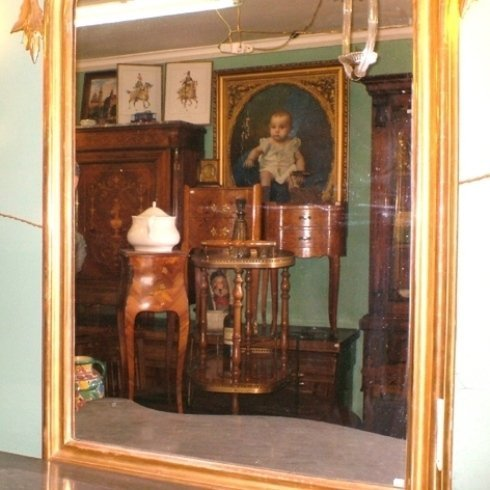 una cornice dorata con immagine dei mobili in legno