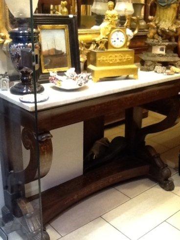 un tavolo con degli oggetti antichi