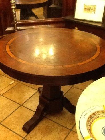 un tavolo rotondo