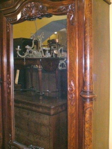uno specchio con una cornice in legno