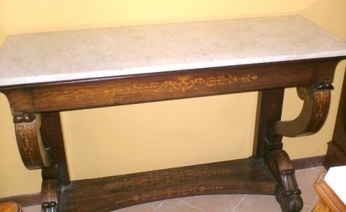 una consolle in legno con top in marmo