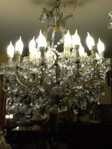 un lampadario acceso
