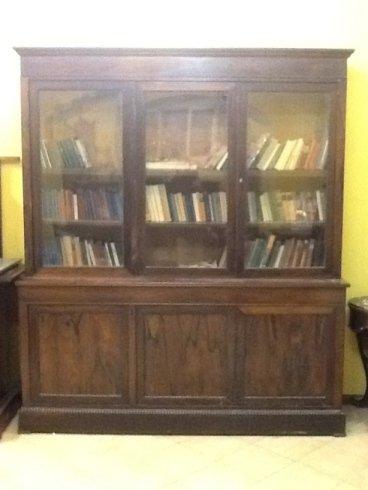 una libreria in legno