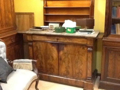una scrivania in legno