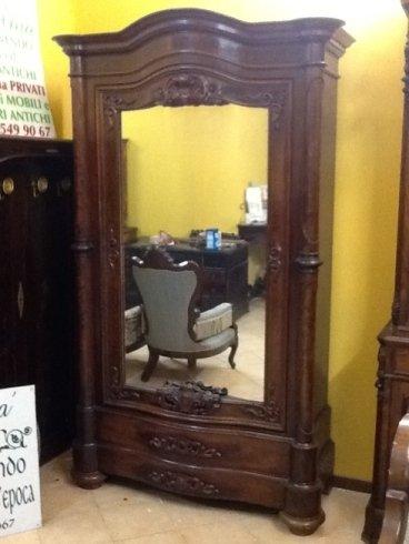 un mobile in legno con uno specchio
