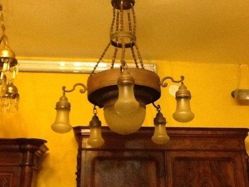 un lampadario antico