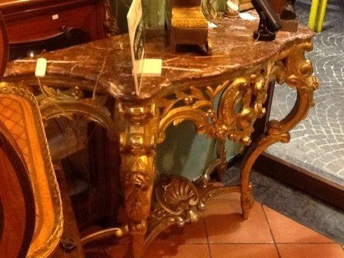 un tavolino in marmo con un top in marmo