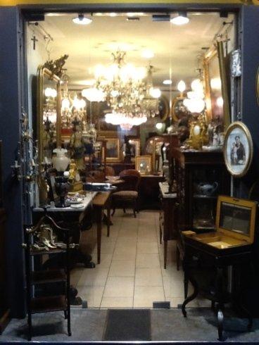 dei mobili e dei lampadari in un negozio di antiquariato
