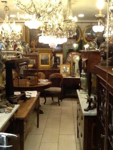 dei tavoli e altri oggetti da un antiquario