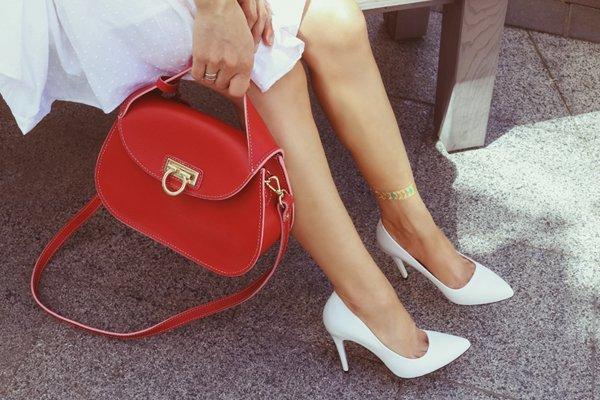 Giovane donna con una borsa rossa