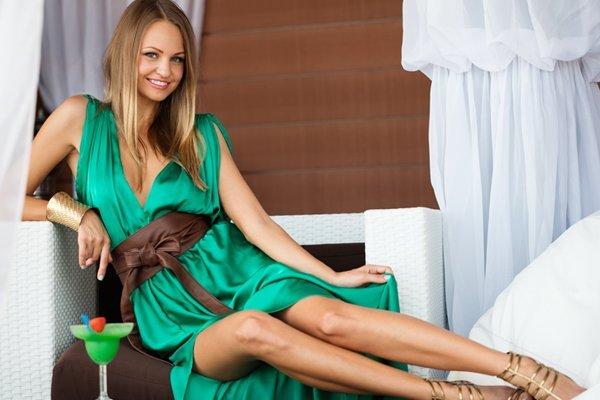 Giovane donna in abito verde