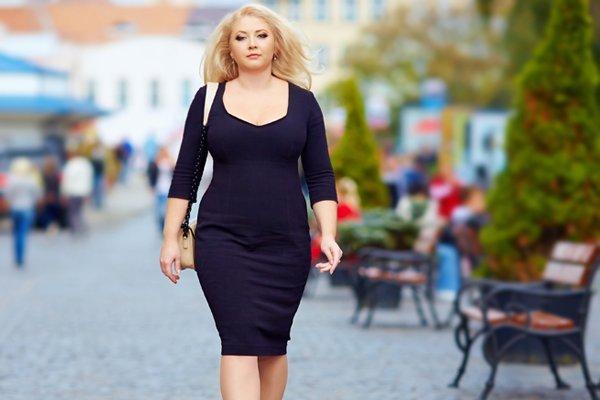 donna cammina indossando abiti di taglie comode