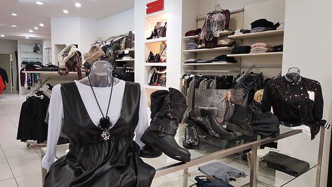 bancone con abiti da donna