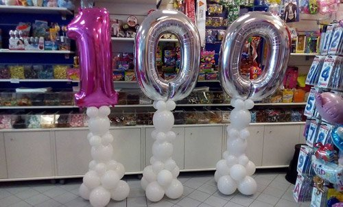 palloncini colorati che formano un cento