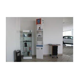 vetrina con esposti accessori e prodotti a marchio Volkswagen