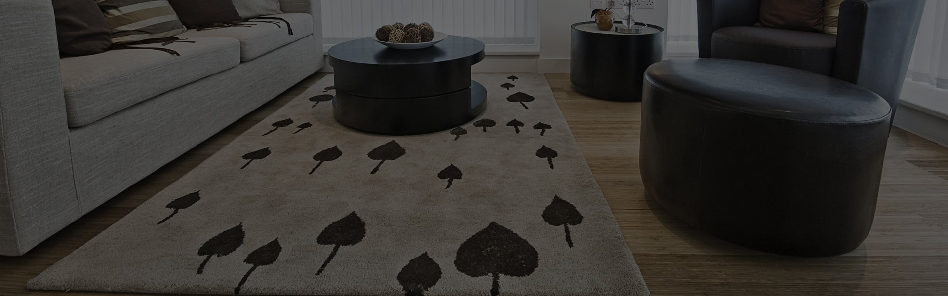 A cream carpet in a living room