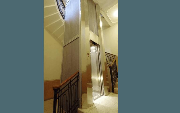 ascensore interno metallo